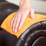 Sofa aus Leder mit Tuch abwischen.