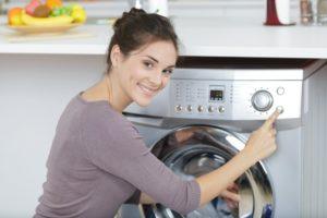 eine frau beim waesche waschen