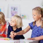 drei Mädchen malen zusammen