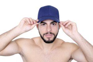ein mann traegt ein blaues basecap