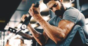 Mann trainiert im Fitnesstudio