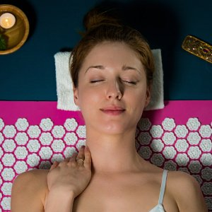frau entspannt sich auf massagematte