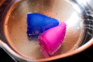 menstruationstassen in topf mit kochendem wasser