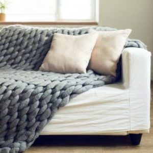 decke aus merinowolle auf der couch