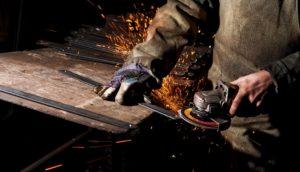 ein mann schleift und poliert metall