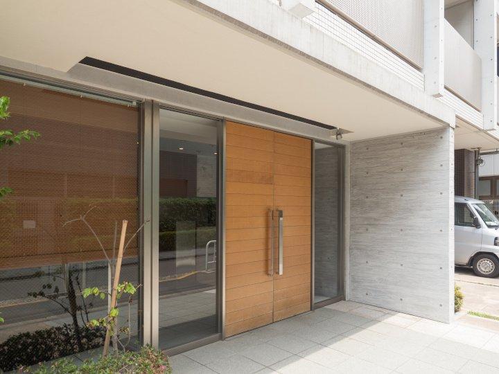 Voll im Trend: Moderne Haustür aus Holz mit Glas-Seitenteilen