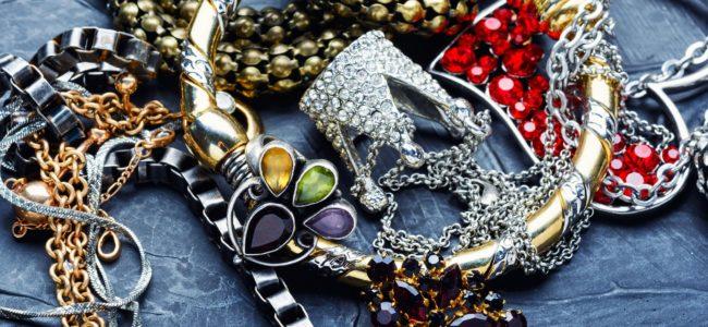 Modeschmuck reinigen: Hausmittel gegen verfärbten Schmuck
