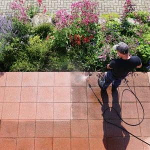 terrasse wird mit hochdruckreiniger gesaeubert