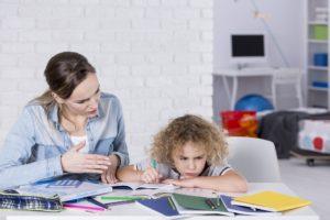 Mutter macht mit ihrem Sohn Hausaufgaben
