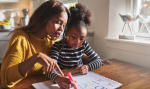 Mutter und Tocher machen gemeinsam Hausaufgaben