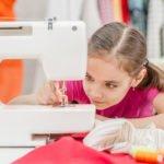 maedchen bereitet naehmaschine vor