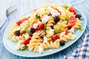 Nudelsalat mit Tomaten, oliven und fetakäse