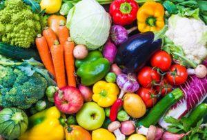Verschiedenste Obst- und Gemüsesorten durcheinander
