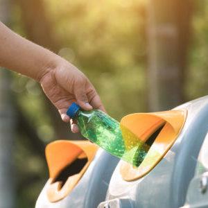 plastikflasche wird weggeschmissen