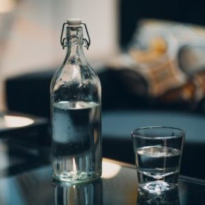 glasflasche und wasser