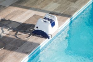 ein poolroboter am rand eines swimming pools
