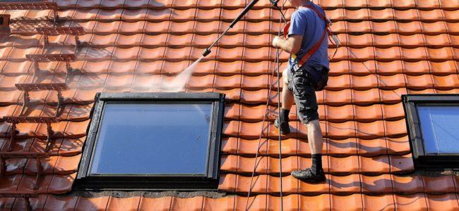 Dachreinigung: Mit diesen Schritten sanieren Sie Ihr Dach
