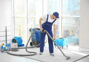fachkraft reinigt einen teppich