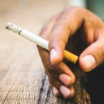 Raucherfinger mit Zigarette.