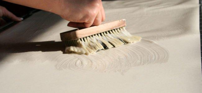 Richtig tapezieren: Anleitung für Raufasertapete und glatte Tapeten