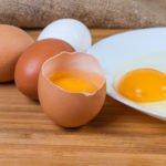 rohe eier auf einem teller