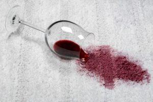 rotweinglas auf einem teppich