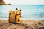 Rucksack im Sand