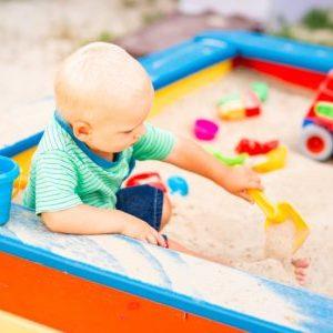 baby spielt im sandkasten