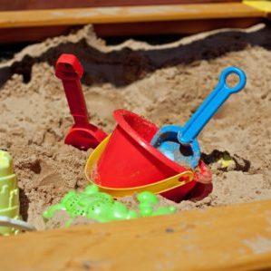 schaufeln im sandkasten