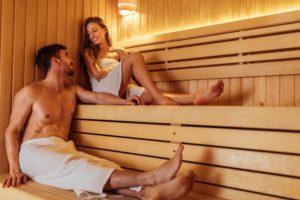 mann und frau unterhalten sich in der Sauna
