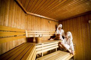 zwei frauen entspannen gemeinsam in der sauna