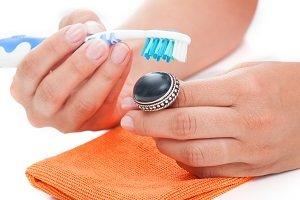 Schmuck mit Zahnbürste reinigen.