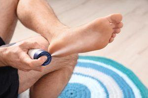 Füße einsprühen mit Fußspray.