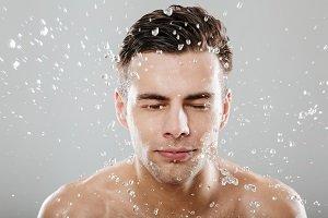 Mann mit Wasser im Gesicht