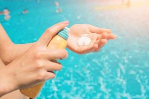 Eine Person nutzt fettfreie Sonnencreme.