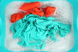 Textilien liegen zum Einweichen im Wasser.