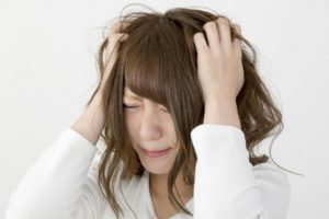 eine gestresste frau fasst sich in die haare
