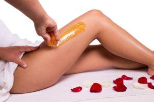 Sugaring-Paste wird auf Bein aufgetragen