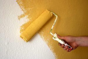 einen tapete in gelb streichen