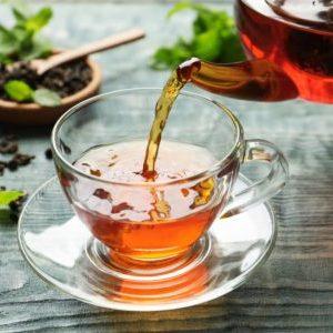 tee wird in tasse gegossen