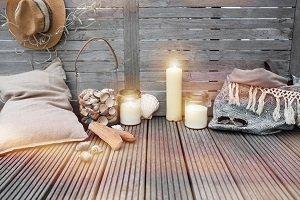 Terrasse mit Holzdielen und Beleuchtung.