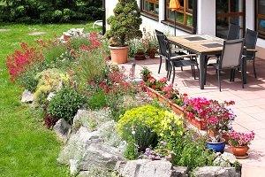 Terrasse mit Bepflanzung.