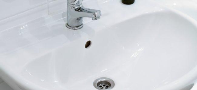 Waschbecken reparieren: Risse und Sprünge einfach selbst ausbessern