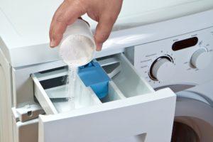 waschmittel in eine waschmaschine einfuellen