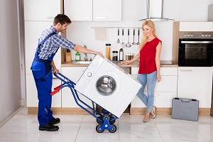 Waschmaschine mit Transporthilfe.