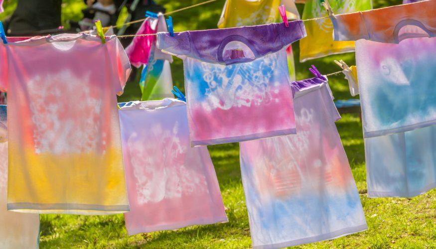 In der Waschmaschine Wäsche färben