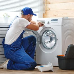techniker arbeitet an waschmaschine