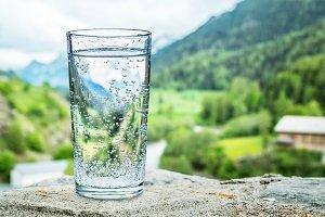 Wasser in einem Glas.