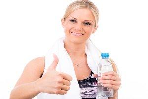 Frau mit einer Flasche Wasser.