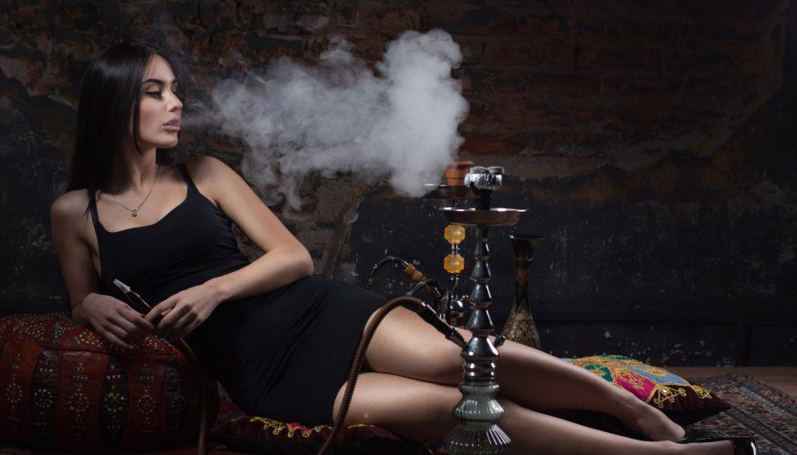 Wasserpfeife rauchen – Harmloser als Zigaretten?